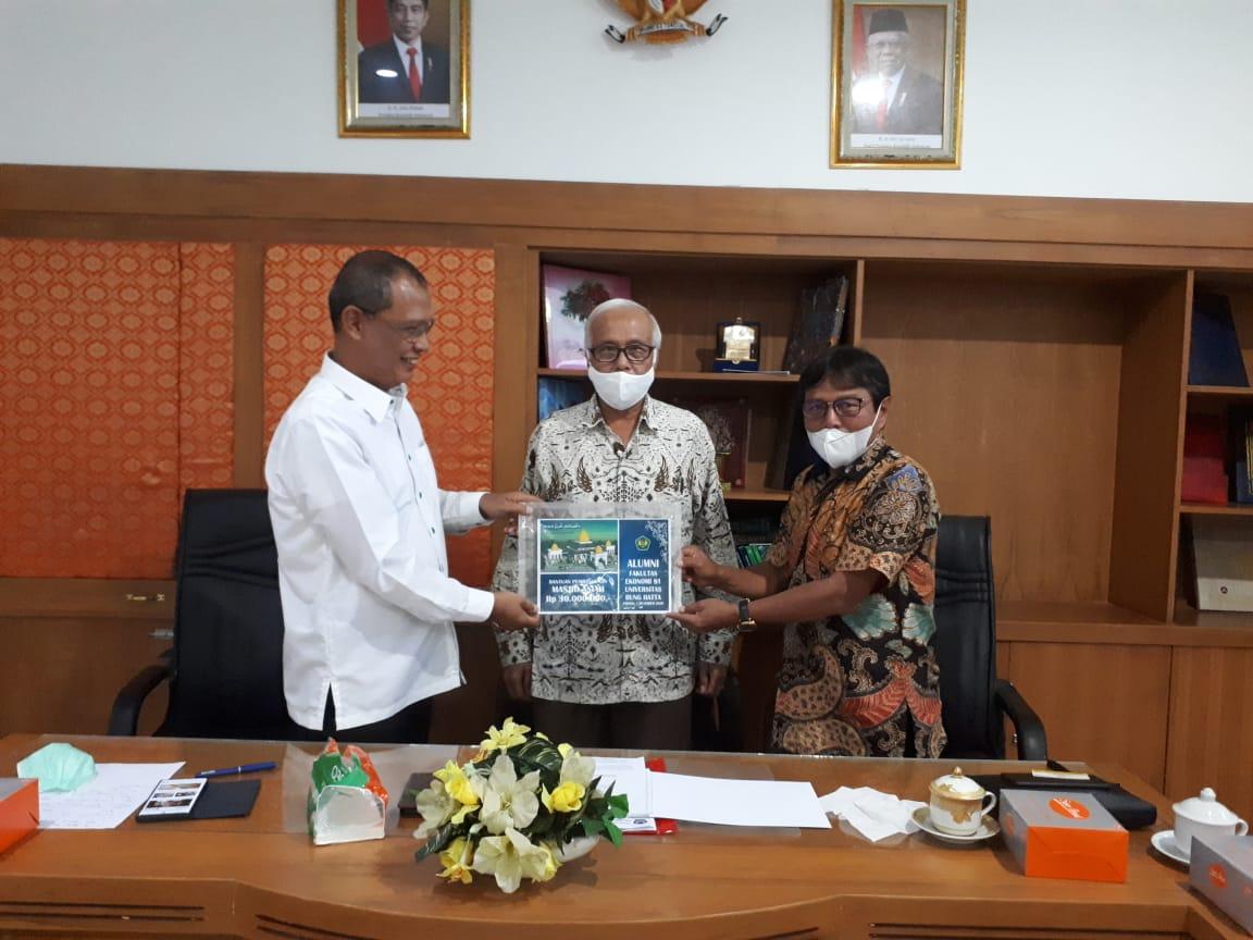 Donasi DPP Alumni Fakultas Ekonomi dan Bisnis Universitas Bung Hatta Angkatan 81 untuk Pembangunan Masjid Asiah Kampus Proklamator II Universitas Bung Hatta