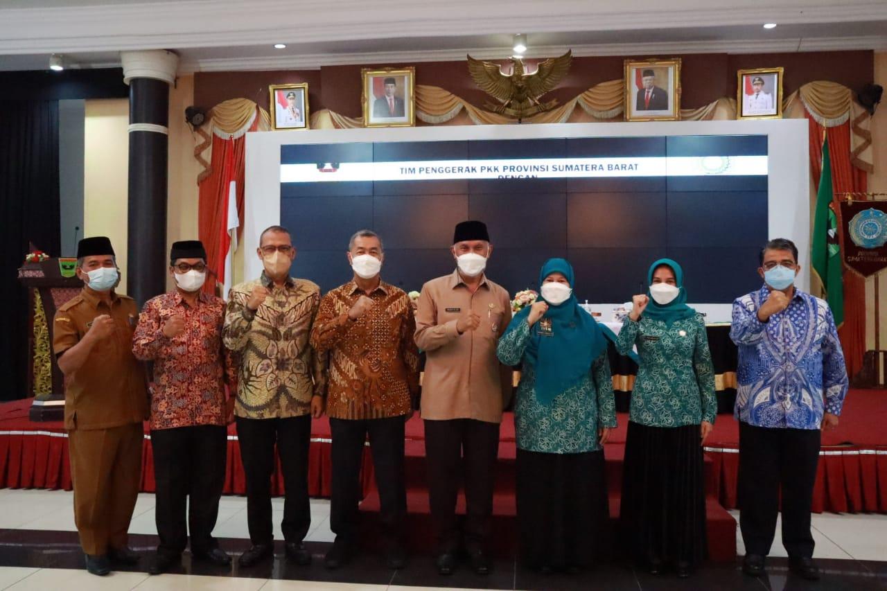 rektor_universitas_bung_hatta_tanda_tangani_komitmen_bersama_dengan_tim_penggerak_pkk_provinsi_sumatra_barat