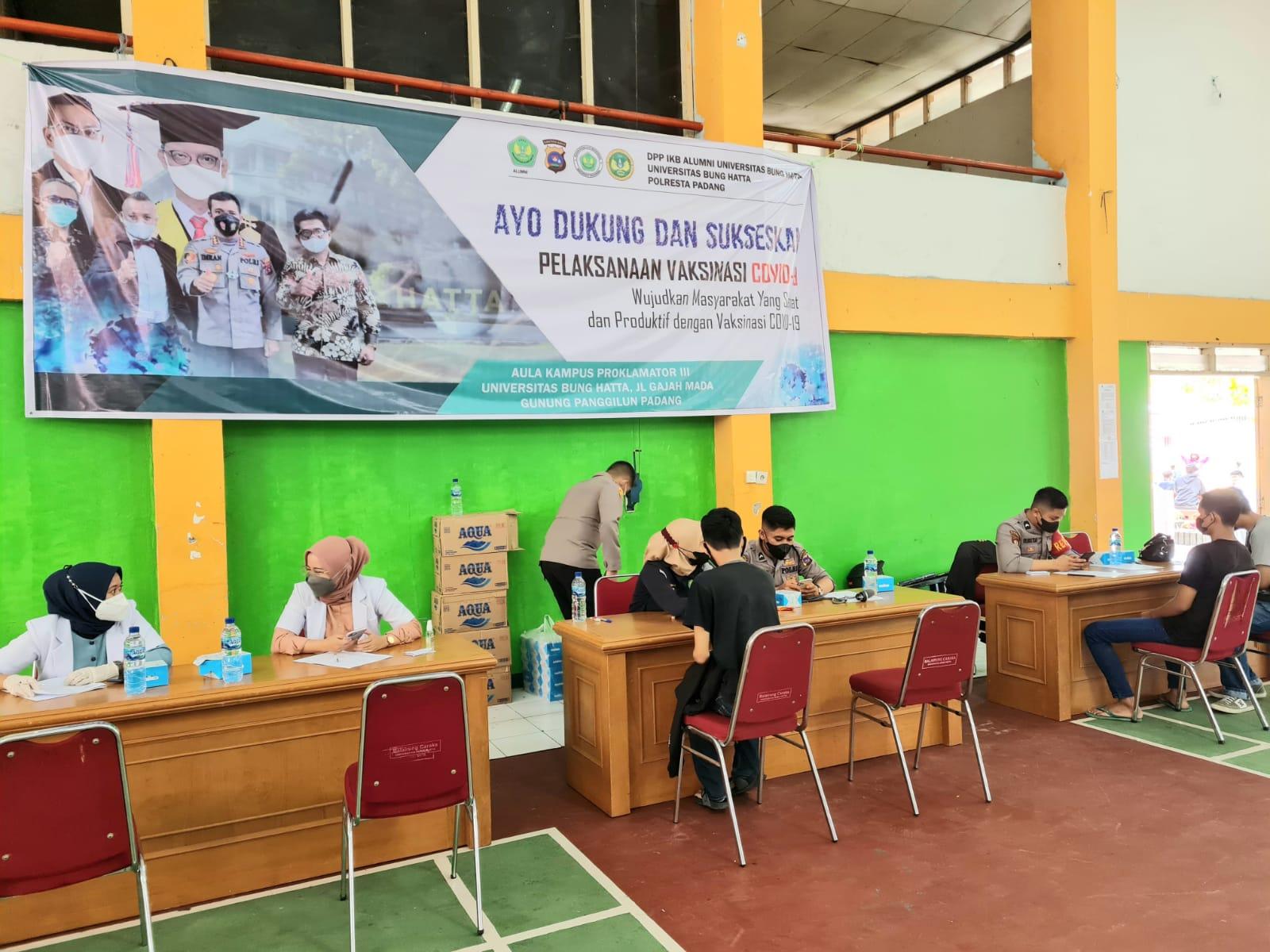 IKB Alumni Universitas Bung Hatta Bekerja Sama dengan Polresta Padang Adakan Vaksin Massal
