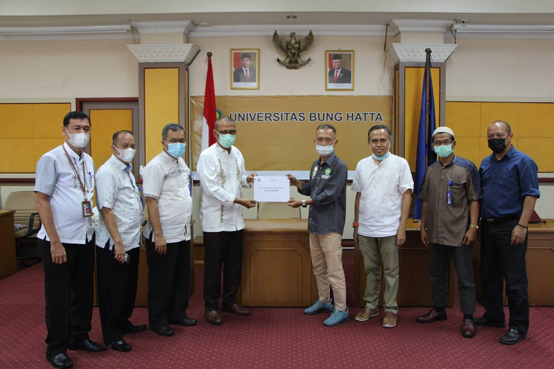 DPP Alumni Universitas Bung Hatta Serahkan Sumbangan Pembangunan Masjid dan Beasiswa untuk Mahasiswa