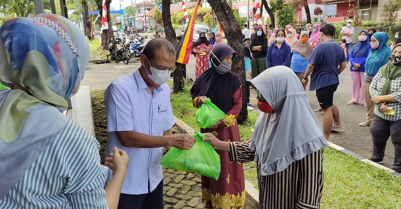 Menjelang Idul Fitri 1442 H, Universitas Bung Hatta Berbagi ke Masyarakat Sekitar Ulak Karang