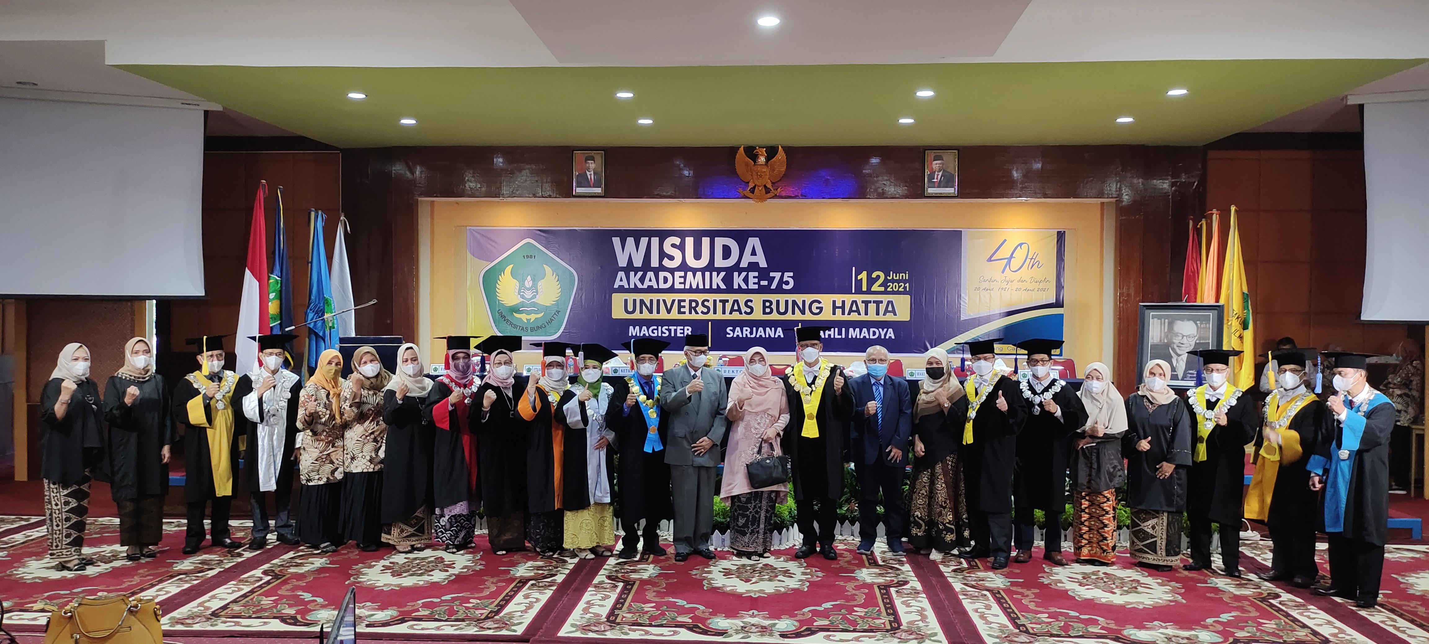 Rektor Universitas Bung Hatta Melantik Wisudawan Periode ke-75