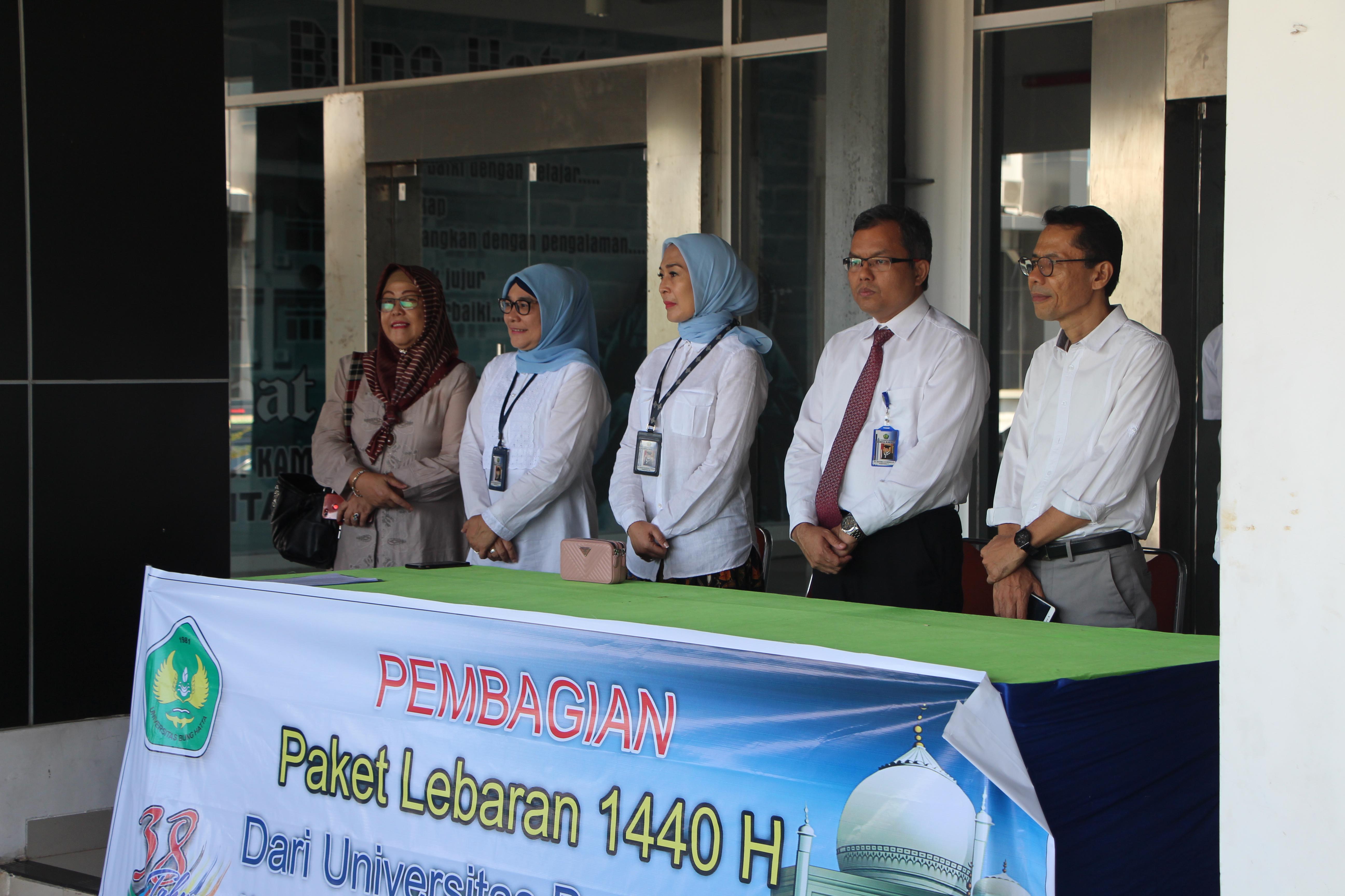 Pererat Silaturrahmi dengan Masyarakat, Universitas Bung Hatta bagi Paket Lebaran ke Masyarakat